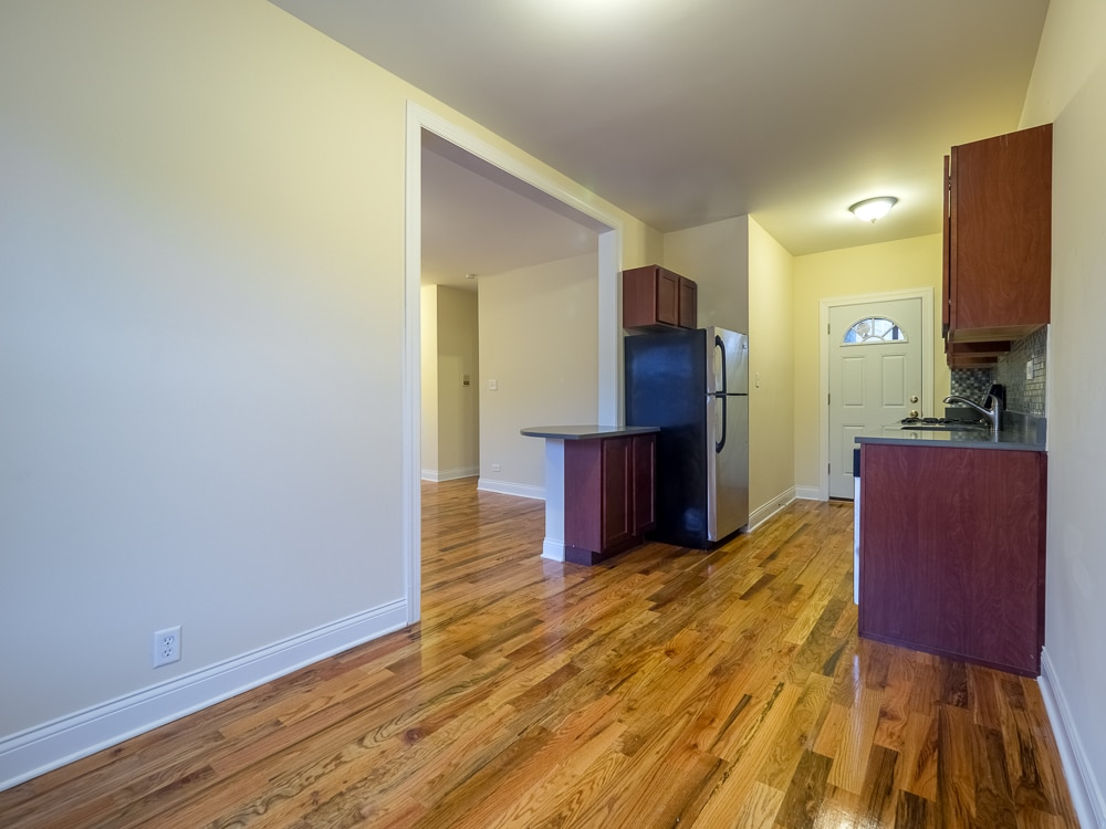 Renovated One Bedroom - Eat-in Kitchen