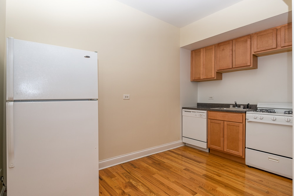 Renovated Studio - Eat-in Kitchen